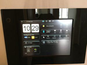 Im FZI ist alles smart. In jedem Raum ein Tablet, das die Energiedaten erfasst und das eingreifen kann.