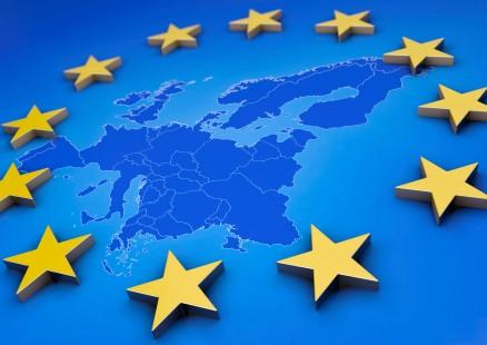 Euro, Europa, EU, Eurozone, Eurozeichen, Währung, Symbol, Geld, Euroraum, EZB, Eurorettung, Defizit, Finanzkrise, Finanzhilfe, Eurozeichen, Illustration, Grafik, Kredite, blau, gelb, Hilfe, Inflation, abstrakt, 3d, Fördermittel, iwf, Krise, Pleite, Reformen, Deflation, Rettung, Ruin, Schulden, Spekulation, Risiko, Sicherheit, Gefahr, Symbolbild, Einnahmen, europäisch, symbolisch, Investition, sparen, Finanzmarkt, Gefahr, Spekulation, Finanzsektor, modern, Werbung, Darstellung, Symbolik